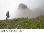 Randonneuse dans la brume pres du Lago di Cengia, Parc naturel des... Стоковое фото, фотограф Christian Goupi / age Fotostock / Фотобанк Лори