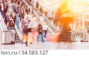 Viele anonyme Geschäftsleute auf dem Weg zur Business Messe über ... Стоковое фото, фотограф Zoonar.com/Robert Kneschke / age Fotostock / Фотобанк Лори
