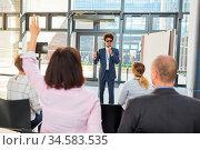Blinder Business Mann als Redner oder Life Coach bei Vortrag und ... Стоковое фото, фотограф Zoonar.com/Robert Kneschke / age Fotostock / Фотобанк Лори