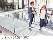 Smalltalk zwischen Business Mann und blinder Kollegin mit Blindenstock... Стоковое фото, фотограф Zoonar.com/Robert Kneschke / age Fotostock / Фотобанк Лори