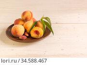 Персики на белом деревянном столе. Свободное место для текста. Стоковое фото, фотограф Наталья Гармашева / Фотобанк Лори
