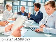 Business Leute im Meeting mit Kalender und Tablet Computer bei der... Стоковое фото, фотограф Zoonar.com/Robert Kneschke / age Fotostock / Фотобанк Лори