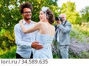 Hochzeitsfotograf fotografiert ein glückliches Brautpaar am Hochzeitstag... Стоковое фото, фотограф Zoonar.com/Robert Kneschke / age Fotostock / Фотобанк Лори