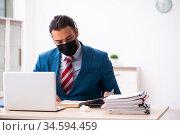 Sick male employee suffering at workplace from coronavirus. Стоковое фото, фотограф Elnur / Фотобанк Лори