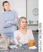 Silent resentment between mom and adult daughter. Стоковое фото, фотограф Яков Филимонов / Фотобанк Лори