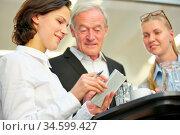 Frau macht Terminplanung für Geschäftmann mit ihrem Kalender. Стоковое фото, фотограф Zoonar.com/Robert Kneschke / age Fotostock / Фотобанк Лори