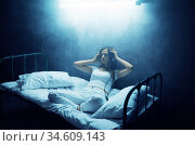 Crazy woman listens to music in bed, psychedelic. Стоковое фото, фотограф Tryapitsyn Sergiy / Фотобанк Лори