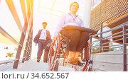 Frau mit Rollstuhl auf barrierefreier Rampe als Zugang zum rollstuhlgerechten... Стоковое фото, фотограф Zoonar.com/Robert Kneschke / age Fotostock / Фотобанк Лори