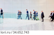 Viele anonyme verschwommene Geschäftsleute auf einer Business Messe. Стоковое фото, фотограф Zoonar.com/Robert Kneschke / age Fotostock / Фотобанк Лори