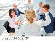 Geschäftsfrau als Berater oder Redner hält Vortrag in einem Seminar... Стоковое фото, фотограф Zoonar.com/Robert Kneschke / age Fotostock / Фотобанк Лори