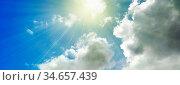 Blauer Himmel mit Wolken und durchbrechender Sonne, sonnig, heiter... Стоковое фото, фотограф Zoonar.com/Wolfgang Rieger / easy Fotostock / Фотобанк Лори