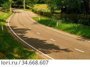 Kurve in zweispuriger Straße im Sommer durch grüne Natur. Стоковое фото, фотограф Zoonar.com/Robert Kneschke / age Fotostock / Фотобанк Лори