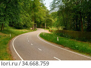 S-Kurve auf leeer Straße in der grünen Natur im Sommer. Стоковое фото, фотограф Zoonar.com/Robert Kneschke / age Fotostock / Фотобанк Лори