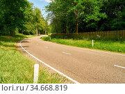 Kurve in leerer Straße im sonnigen Sommer durch leere Natur. Стоковое фото, фотограф Zoonar.com/Robert Kneschke / age Fotostock / Фотобанк Лори