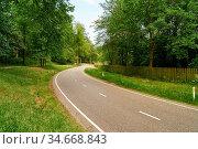 Kurvige leere Landstraße führt im Sommer durch grüne Landschaft. Стоковое фото, фотограф Zoonar.com/Robert Kneschke / age Fotostock / Фотобанк Лори