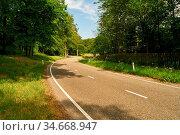 Kurve in leerer Landstraße im Sommer durch eine grüne Landschaft. Стоковое фото, фотограф Zoonar.com/Robert Kneschke / age Fotostock / Фотобанк Лори