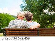 Senioren Paar sitzt Seite an Seite auf einer Parkbank als Zeichen... Стоковое фото, фотограф Zoonar.com/Robert Kneschke / age Fotostock / Фотобанк Лори