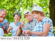 Gruppe Senioren als Rentner und Freunde haben Spaß beim Karten spielen... Стоковое фото, фотограф Zoonar.com/Robert Kneschke / age Fotostock / Фотобанк Лори