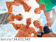 Lachende Gruppe Senioren bei Umarmung im Kreis im Sommer. Стоковое фото, фотограф Zoonar.com/Robert Kneschke / age Fotostock / Фотобанк Лори