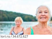 Glückliche vitale Senior Frau in der Natur in einem Wellness Kurs... Стоковое фото, фотограф Zoonar.com/Robert Kneschke / age Fotostock / Фотобанк Лори