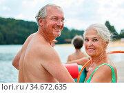Glückliches Senioren Paar im Urlaub oder bei einem Ausflug am See... Стоковое фото, фотограф Zoonar.com/Robert Kneschke / age Fotostock / Фотобанк Лори