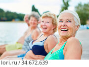 Lachende Senior Frau als Rentner im Badeanzug mit Freunden im Urlaub... Стоковое фото, фотограф Zoonar.com/Robert Kneschke / age Fotostock / Фотобанк Лори