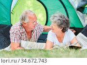Glückliches Paar Senioren beim Zelten zusammen auf einem Campingplatz... Стоковое фото, фотограф Zoonar.com/Robert Kneschke / age Fotostock / Фотобанк Лори