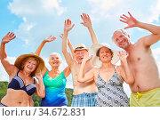 Glückliche Senioren als Freunde und Rentner machen Urlaub am See ... Стоковое фото, фотограф Zoonar.com/Robert Kneschke / age Fotostock / Фотобанк Лори