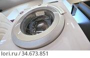 Rows of washing machines in domestic appliances store. Редакционное видео, видеограф Сергей Старуш / Фотобанк Лори