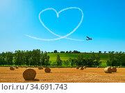 Himmelsschreiber malt ein Herz an den blauen Himmel als Symbol der... Стоковое фото, фотограф Zoonar.com/Robert Kneschke / age Fotostock / Фотобанк Лори