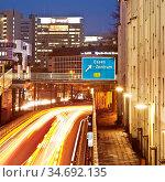 Die Autobahn A 40 am Abend, unmittelbar an privaten Mietwohnungen... Стоковое фото, фотограф Zoonar.com/Stefan Ziese / age Fotostock / Фотобанк Лори
