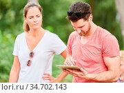 Junges Paar auf einem Ausflug in die Natur mit Tablet Computer als... Стоковое фото, фотограф Zoonar.com/Robert Kneschke / age Fotostock / Фотобанк Лори