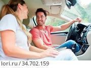 Junges Paar im Auto auf der Fahrt in den Urlaub oder auf einem Ausflug. Стоковое фото, фотограф Zoonar.com/Robert Kneschke / age Fotostock / Фотобанк Лори