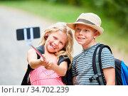 Fröhliche Kinder machen ein Selfie Foto auf einer Wanderung in der... Стоковое фото, фотограф Zoonar.com/Robert Kneschke / age Fotostock / Фотобанк Лори