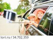 Kinder mit Selfie Stick im Auto machen ein Foto auf der Autofahrt... Стоковое фото, фотограф Zoonar.com/Robert Kneschke / age Fotostock / Фотобанк Лори