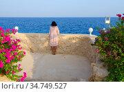 Девушка любуется видом в отеле Stella Di Mare Sharm Beach Hotel & Spa 5* в Наама Бей, Шарм-эль-Шейх, Египет. Редакционное фото, фотограф Ольга Коцюба / Фотобанк Лори