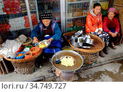 Dali Old Town, Sidewalk vendor selling deep fried potatoes, Bei People... (2014 год). Редакционное фото, фотограф Chew Chun Hian / age Fotostock / Фотобанк Лори