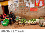 Street vendors in a small village, puzhehai, Yunnan province, China (2014 год). Редакционное фото, фотограф Chew Chun Hian / age Fotostock / Фотобанк Лори