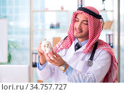 Arab doctor with human's skull. Стоковое фото, фотограф Zoonar.com/Elnur Amikishiyev / easy Fotostock / Фотобанк Лори
