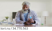 Senior man holding an empty medication container. Стоковое видео, агентство Wavebreak Media / Фотобанк Лори