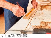 Hand vom Handwerker beim präzisen Messen mit Bleistift und einem ... Стоковое фото, фотограф Zoonar.com/Robert Kneschke / age Fotostock / Фотобанк Лори