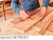 Schreiner Hände mit Bleistift und Zollstock beim Abmessen von Holz... Стоковое фото, фотограф Zoonar.com/Robert Kneschke / age Fotostock / Фотобанк Лори