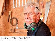 Glücklicher Senior als erfolgreicher Schreiner Meister in seiner ... Стоковое фото, фотограф Zoonar.com/Robert Kneschke / age Fotostock / Фотобанк Лори