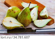 Ripe pears and knife on wooden cutting board. Стоковое фото, фотограф Яков Филимонов / Фотобанк Лори