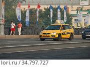 Желтый автомобиль такси на Большом Каменном мосту. Район Хамовники. Город Москва (2010 год). Редакционное фото, фотограф lana1501 / Фотобанк Лори