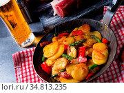 Fried potatoes with smoked bacon, green asparagus and paprika. Стоковое фото, фотограф Zoonar.com/Darius Dzinnik / easy Fotostock / Фотобанк Лори