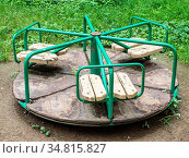 Round swing in the playground on street. Стоковое фото, фотограф Zoonar.com/Evgenii Lashchenov / easy Fotostock / Фотобанк Лори