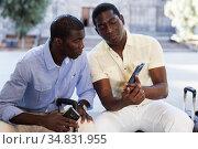 Two friends share photos of the sights of city. Стоковое фото, фотограф Яков Филимонов / Фотобанк Лори