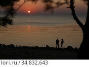 Двое на закате. Редакционное фото, фотограф Цветкова Елена / Фотобанк Лори
