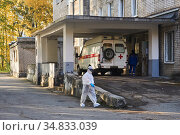 Perm, Russia - October 01, 2020: doctor in a protective suit goes to the admission department of the hospital, where a patient with COVID-19 was brought. Редакционное фото, фотограф Евгений Харитонов / Фотобанк Лори